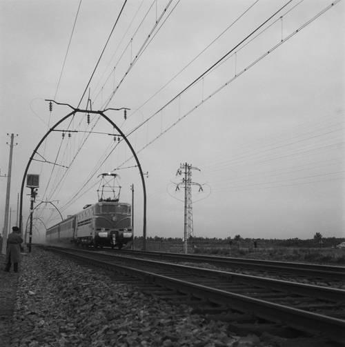 Locomotive électrique BB 9004 en ligne, entre Facture et Morcenx, lors du record du monde de vitesse, le 29 mars 1955, à 331 km/h sur la ligne, 1955, photo : Delille SNCF